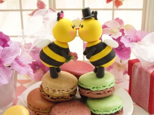 Kissing Bees Cake Topper