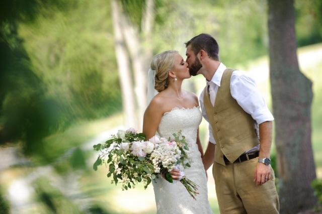 jaz-cody-kissing-bouquet